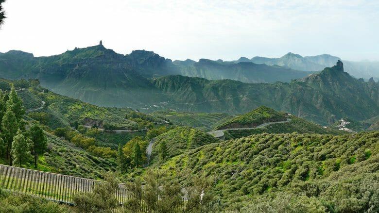 Blick in die Caldera von Tejeda mit dem Roque Bentayga und Nublo