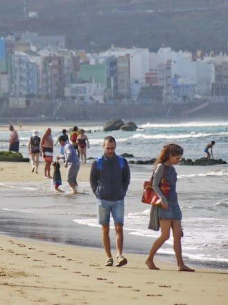 Spazierengehen am Strand Playa de las Canteras