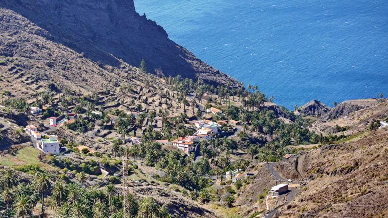 Das kleine Dorf Taguluche über der Küste von La Gomera