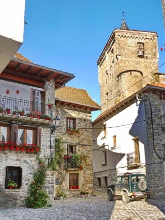 Typische Steinhäuser in Isaba im Valle del Roncal