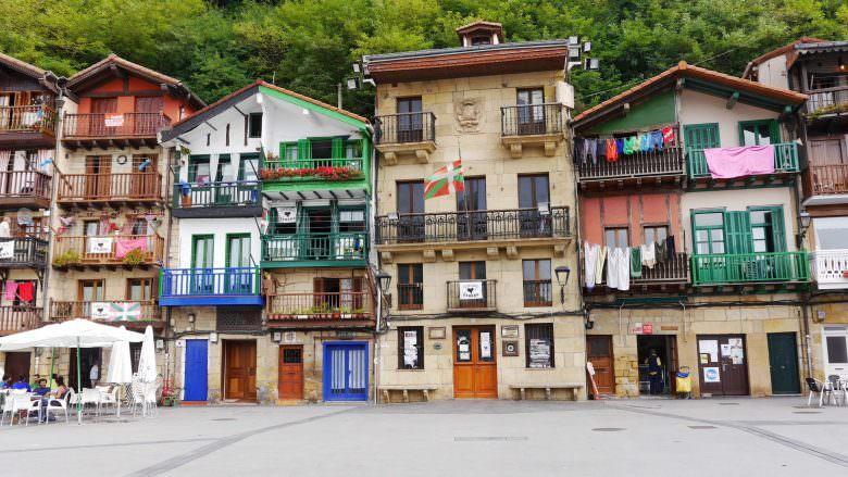 Das alte Rathaus von Pasai Donibane am Plaza Santiago