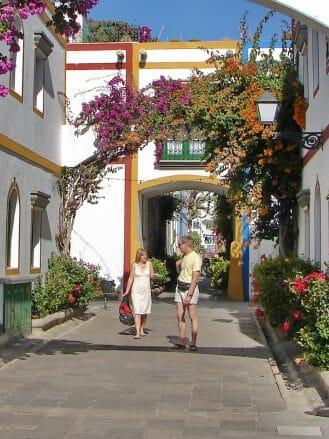 Mit Blumen geschmückte Apartments in Klein Venedig von Puerto de Mogán