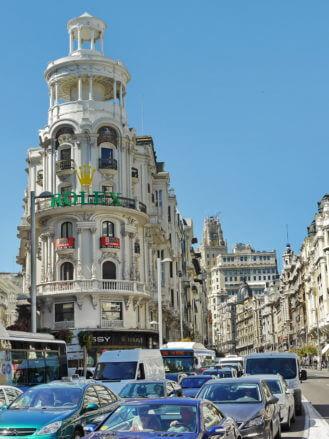 Blick in die Gran Via im Zentrum von Madrid