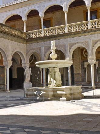 Der Patio der Casa de Pilatos in Sevilla