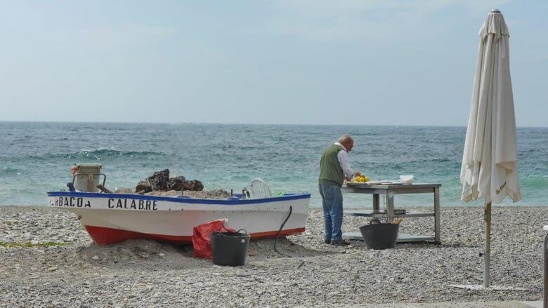 Am Strand Playa de San Cristóbal in Almuñécar werden Sardinen gegrillt
