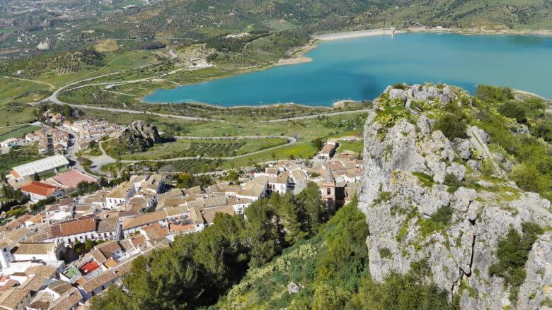 Das weiße Dorf Zahara de la Sierra in der Provinz Cádiz (Andalusien)