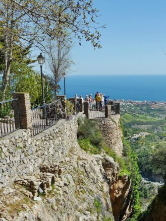 Aussichtspunkt auf der alten Stadtmauer von Mijas mit Blick auf die Costa del Sol
