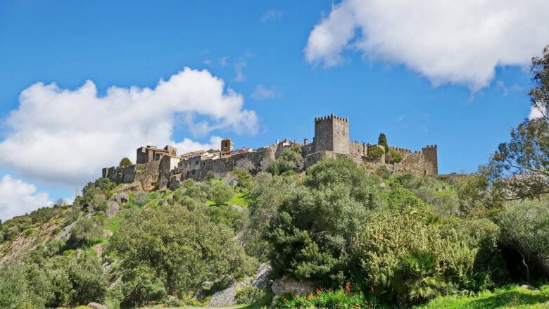 Blick auf den Festungshügel von Castellar Viejo