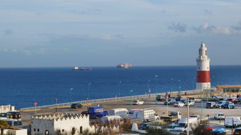 Leuchtturm und Schiffe auf der Straße von Gibraltar