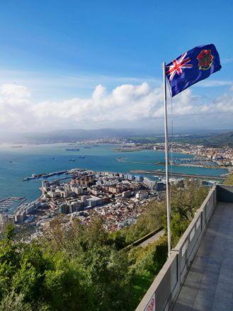 Blick von der Top Cable Car Station auf Gibraltar und den spanischen Grenzort La Línea de la Concepción