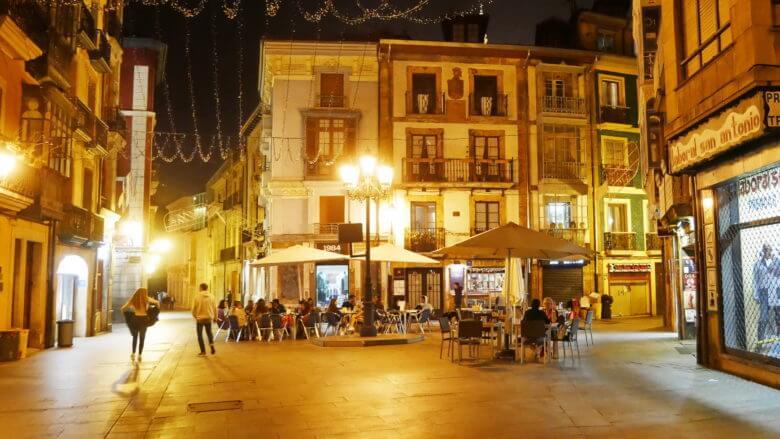 Platz in der Altstadt von Oviedo bei Nacht