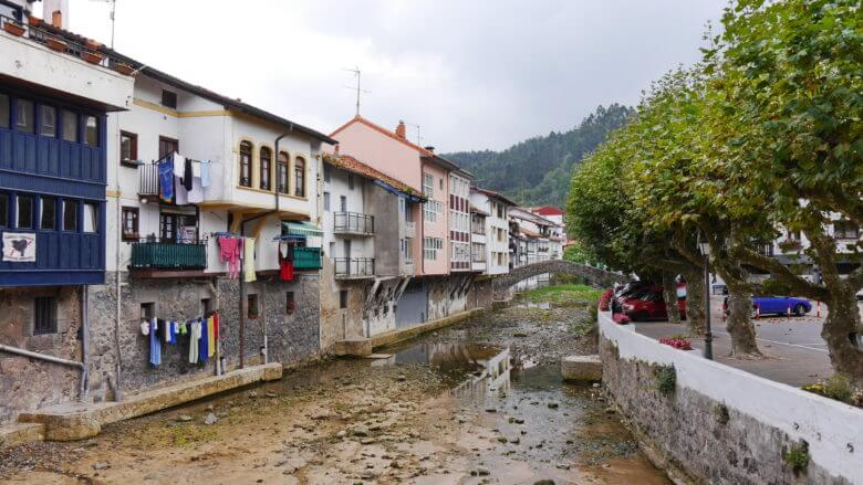 Häuserreihe am Fluss Ea