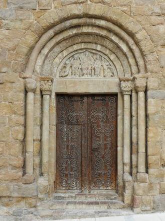 Portal der romanischen Kirche Sant Pol
