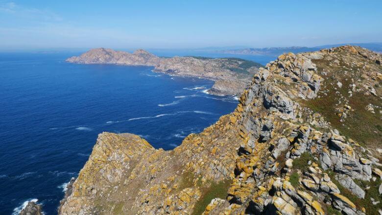 Die felsige Küste der Inseln Monteagudo und Faro