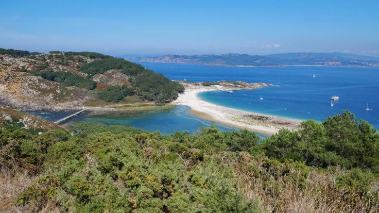 Der Strand Area das Rodas und die Ría de Vigo