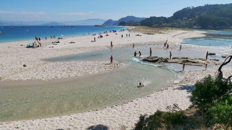 Die Flut überspült den Strand Area das Rodas
