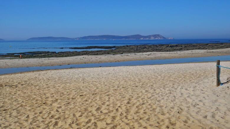 Praia de Montalvo mit Blick auf die Illa de Ons
