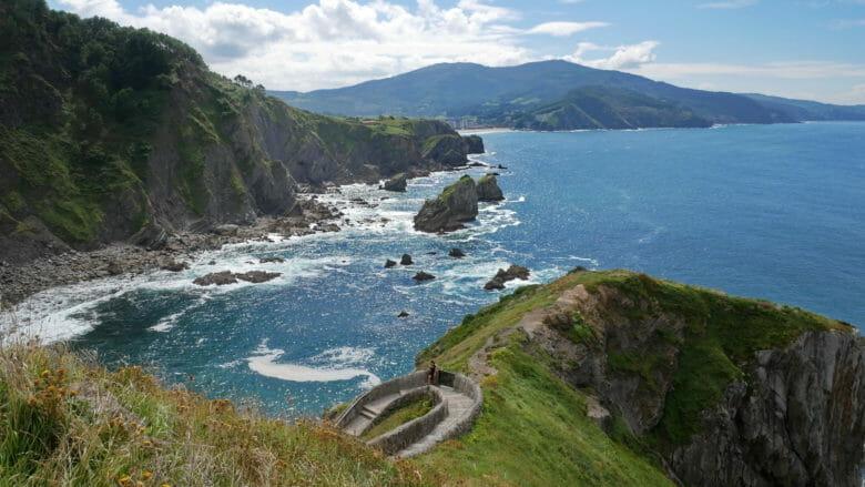 Blick auf die baskische Küste in Richtung Bakio