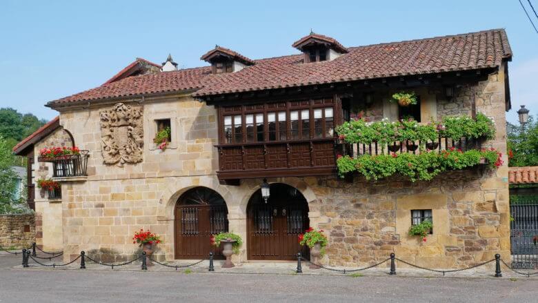 Steinhaus vom Wappen in Liérganes