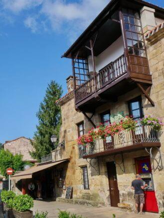 Typisches Haus mit Balkonen im Casco Antiguo