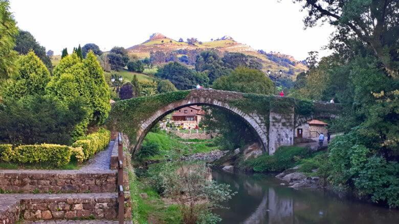 Die alte Brücke über den Fluss Miera