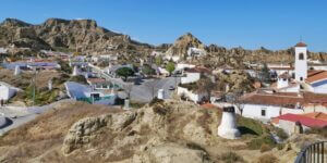 Die Höhlenwohnungen sind das Wahrzeichen der Stadt Guadix in der Provinz Granada (Andalusien)