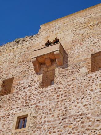 Hohe Burgmauern des Castillos